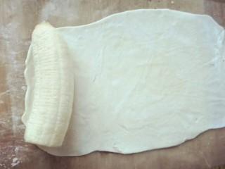 香蕉飞饼卷,香蕉段放在面饼的一端