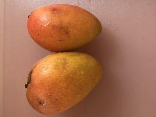 宋小助芒果班戟,晾凉期间可以准备芒果,和打发淡奶油