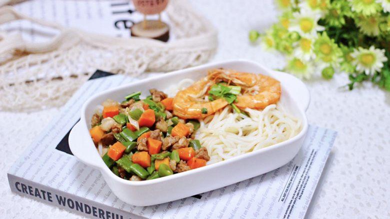 芸豆海虾打卤面,鲜掉眉毛又营养丰富,好吃的不得了,宝贝一口气吃了一大碗。