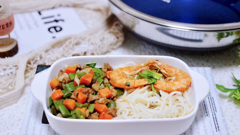 芸豆海虾打卤面,把过凉水的面条捞出放入碗底,上面浇上做好的卤即可享用了。