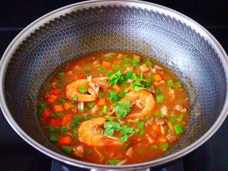 芸豆海虾打卤面,大火烧开后,淋上芝麻油,撒上香菜段即可关火。