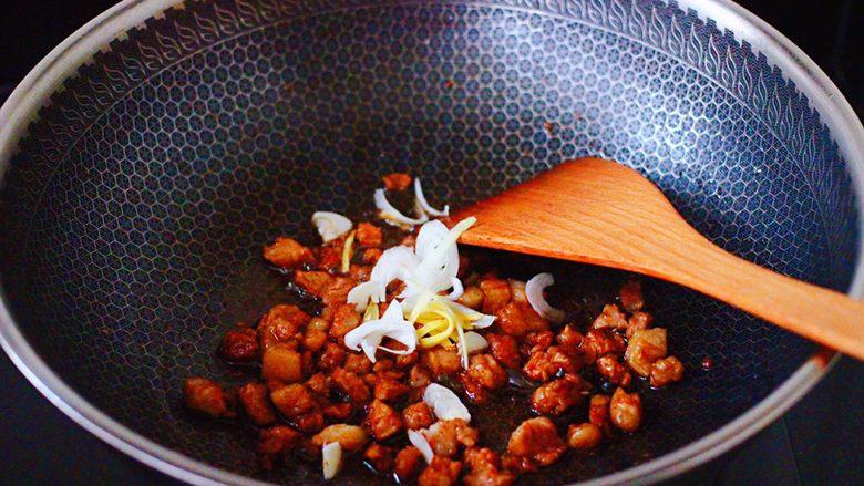芸豆海虾打卤面,大火继续翻炒至猪肉断生时,爆香葱姜丝。