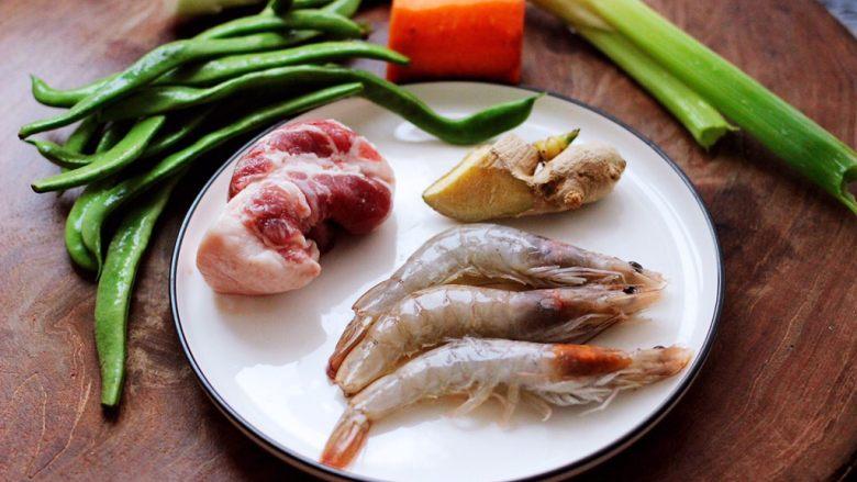 芸豆海虾打卤面,先把所有的食材备齐。