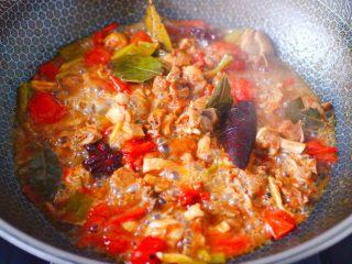 番茄啤酒炖鸭,大火煮沸后,继续炖煮15分钟左右。