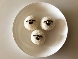 小羊肖恩卡通便当,用留下的芝士片剪出眼睛,中间放入熟黑芝麻做眼珠。