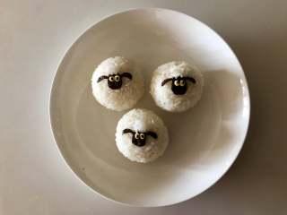 小羊肖恩卡通便当,用剩下的米饭捏成小球,做头顶的绵羊毛,小羊肖恩饭团就做好了。