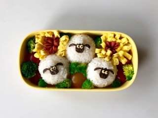 小羊肖恩卡通便当,然后放入做好的配菜,用西兰花和圣女果把空隙填满,完成!
