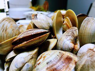 清煮文蛤,上桌了,吃的时候,把花蛤的肉拿出来,蘸着调配好的酱料直接吃特别的美味,如果大家感兴趣可以试一下这种方法,主要是保持了原材料本真的味道,健康营养,而且做起来简单方便。