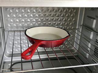 简单颜值高—荷兰松饼低卡版,铸铁锅里加入黄油,放进去烤箱,开烤箱210度预热!(烤箱温度不准的开烤以后站到跟前盯着哦)