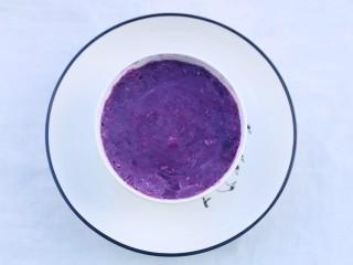 紫薯燕麦塔~,将捣成泥的紫薯泥倒入小碗中压紧。