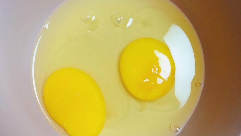 补钙鲜嫩虾糕(豆浆水蛋版),准备鸡蛋,打入碗中。