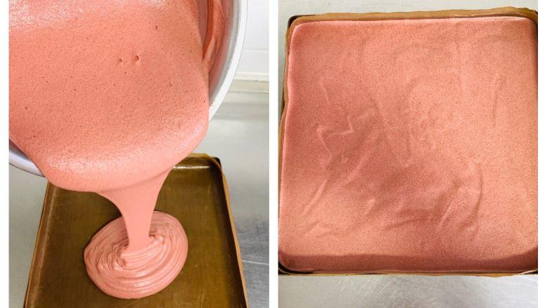 红丝绒蛋糕卷,将蛋糕糊倒入28*28烤盘中,烤盘垫上油布。轻震几下烤盘震出气泡。