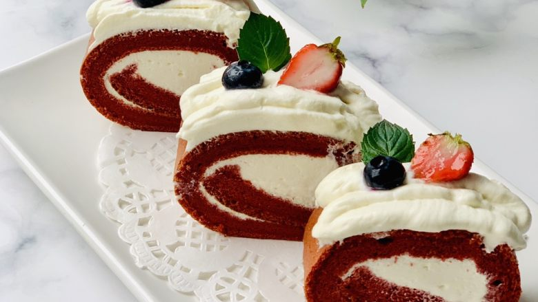 红丝绒蛋糕卷,我把剩余的一点奶油放在了蛋糕的表面。天气太热开始融化。