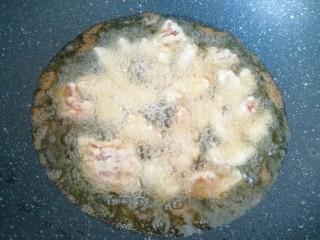 荔枝肉,炒锅内倒多一些花生油烧热,下入肉块中小火炸制。