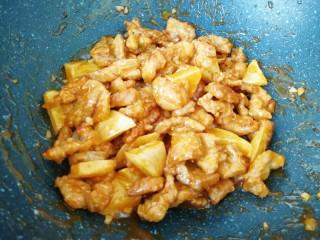 荔枝肉,下入炸好的肉块和土豆翻炒几分钟,使之入味。