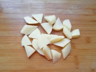 荔枝肉,土豆去皮洗干净切成滚刀块备用。