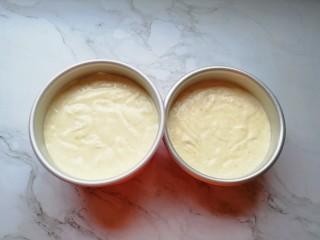 亚麻籽戚风蛋糕,将混合好的亚麻籽蛋糕糊从模具的中间开始倒入模具里面,从高处垂直摔几下震出大气泡。