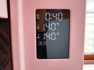 """亚麻籽戚风蛋糕,选择烤箱的""""戚风""""功能,上下管140度烤40分钟。"""