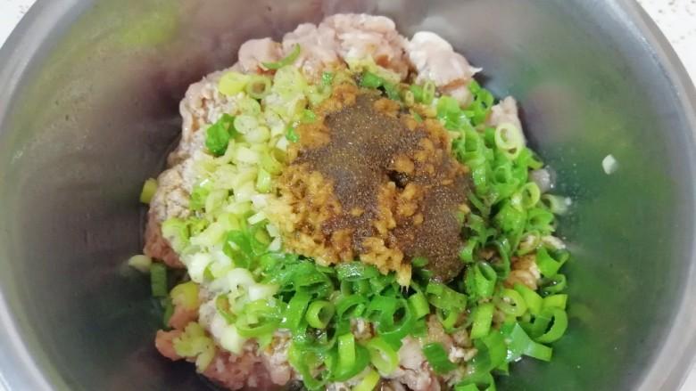 槐花大肉馅饺子,炒锅内倒适量的食用油烧热,泼在十三香上面,激出香味。