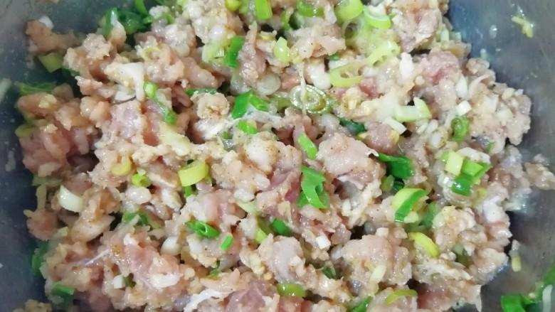 槐花大肉馅饺子,搅拌均匀,让肉馅静置一会儿。