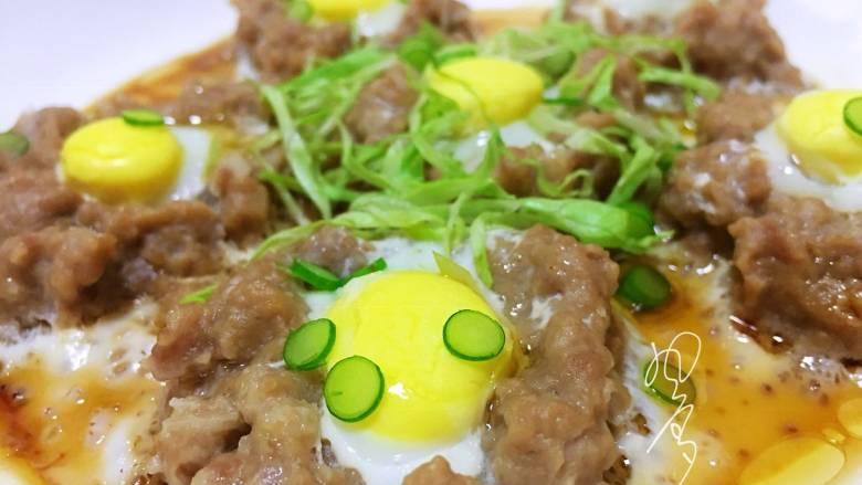 肉末鹌鹑蛋,撒上葱花做装饰就可以了,我家小朋友不喜欢葱,我就切了一些球生菜丝