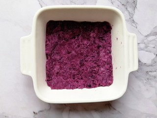 奶香紫薯烤燕麦,取一个烤碗,把紫薯泥平铺在烤碗里