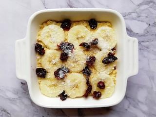 奶香紫薯烤燕麦,放上切片的香蕉,撒上适量的蔓越莓,这边我还撒了一点椰蓉