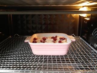奶香紫薯烤燕麦,烤箱180度预热10分钟后,放入烤碗,180度上下火中层烤20分钟即可