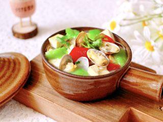 丝瓜花蛤炖豆腐,鲜的没边了,老公一口气喝了一大碗。