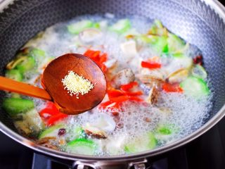 丝瓜花蛤炖豆腐,这个时候加入鸡精。