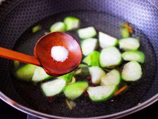 丝瓜花蛤炖豆腐,锅中倒入适量的清水,再放入适量的盐调味。