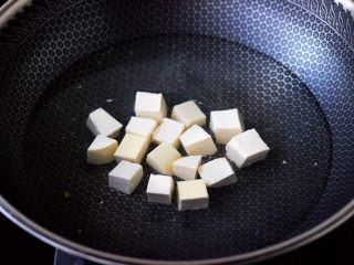 丝瓜花蛤炖豆腐,锅中倒入适量的清水,加入少许盐,把豆腐进行焯水,焯一分钟左右即可捞出沥干水分。