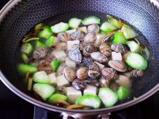 丝瓜花蛤炖豆腐,再放入洗净的花蛤。