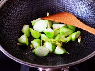 丝瓜花蛤炖豆腐,加入丝瓜块大火翻炒至变软。