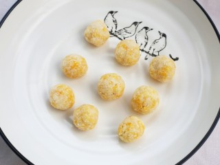 黄金米粉球,将搅拌好的米粉搓成大小均等的圆球。