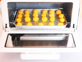 黄金米粉球,推入预热好的烤箱。180度烤5分钟。