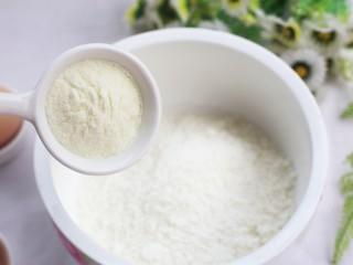黄金米粉球,加入2勺澳优能立多G4奶粉。