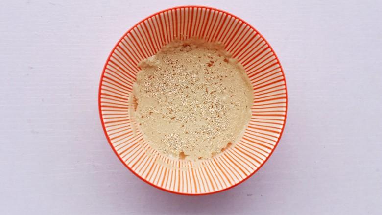 韭菜猪肉鸡蛋包子,酵母温水泡开。