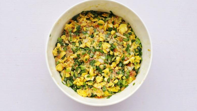 韭菜猪肉鸡蛋包子,拌匀。