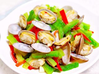 苦瓜辣炒花蛤,清爽鲜美的苦瓜辣炒花蛤出锅咯,清热解暑又营养丰富,这个季节的养生小炒要多吃哟。