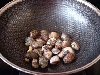 苦瓜辣炒花蛤,加入花蛤大火快速翻炒片刻。