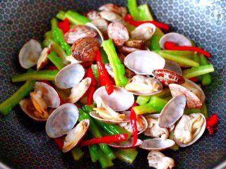 苦瓜辣炒花蛤,看见全部的花蛤都开口后,即可关火。