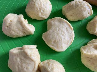 椰蓉面包卷,面团均匀的分九个。