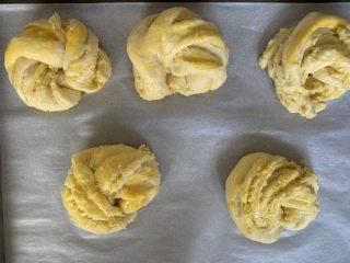 椰蓉面包卷,面团发酵至两倍大后,取出来刷上蛋液,这个时候,烤箱可以150度预热。