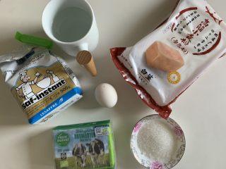 椰蓉面包卷,准备好所有食材,纯净水提前放冷冻冰冷