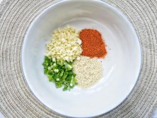 酸汤泡面,碗底加一勺白芝麻+一勺辣椒粉+一勺蒜末+一勺葱花。
