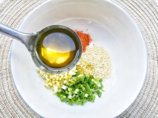 酸汤泡面,加一大勺热油。
