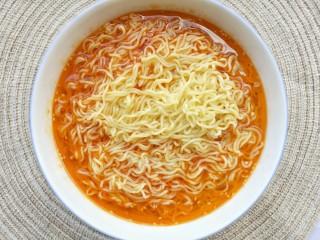 酸汤泡面,倒入半碗泡面水。