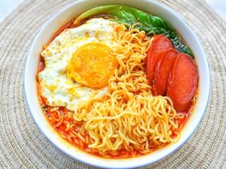 酸汤泡面,青菜焯水,煎一个溏心蛋+三片香肠,铺在面条上即可。