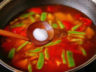 自制丸子一锅炖,再根据个人口味,加入适量的盐调味。